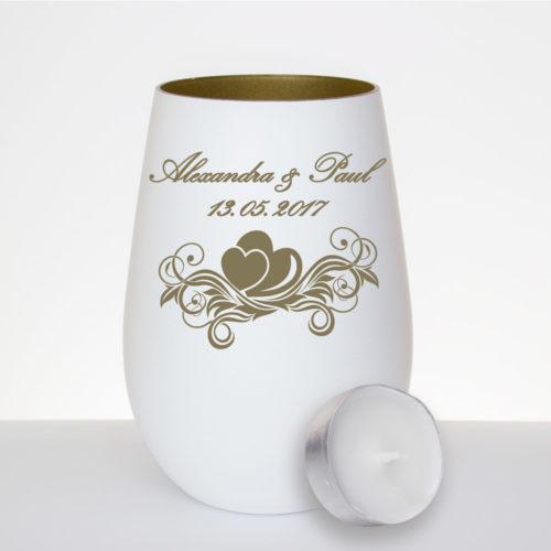 Windlicht aus Glas. Außen mattweiß - innen gold mit Gravur-Motiv 104 als Hochzeitsgeschenk für ein Brautpaar, Tischdeko, oder als Gastgeschenk von www.windlicht-manufaktur.de.