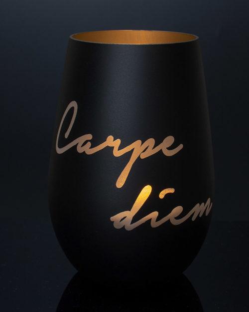 windlicht-schwarz-gold-mit-gravur-Carpe-Diem-und-brennendem-teelicht