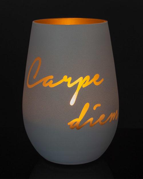 windlicht-weiss-gold-mit-gravur-Carpe-Diem-und-brennendem-teelicht