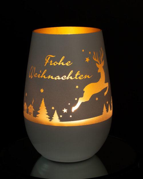 windlicht-weiss-gold-gravur-hirschmotiv-und-frohes-weihnachten-mit-brennendem-teelicht