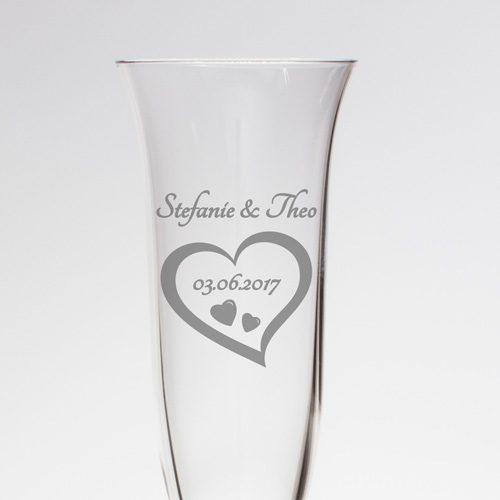 Sektglas mit feiner Gravur - Herz mit Namen und Datum
