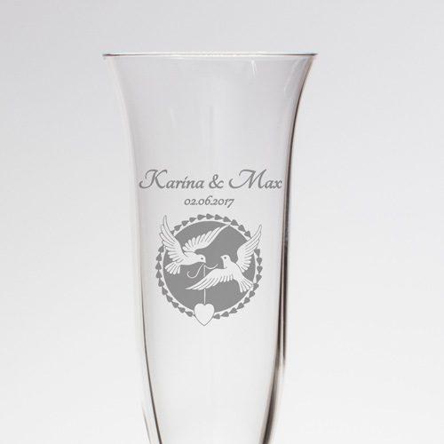 Sektglas mit feiner Gravur - zwei Tauben und Herz mit Namen und Datum