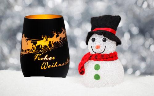 Windlicht und ein kleiner Schneemann mit Hut